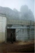 המוצב על רקע המבצר בבוקר סגרירי