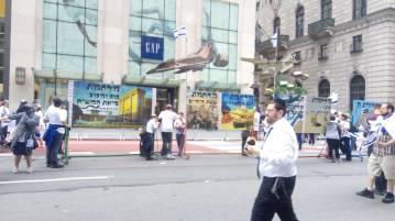 כרזת גוג ומגוג בצעדת שבעים לישראל בניויורק.jpg